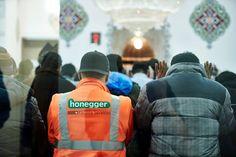 Muslimischer Verein Bern  Wie jeden Freitag versammelten sich auch letzten Freitag zahlreiche Muslime in der Europaplatz Moschee. Bild: Der Bund