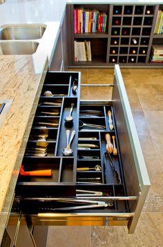 Evőeszközök és konyhai eszközök tárolása nagy fiókban, két szinten
