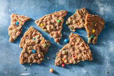Reuzen-chocolate-chipcookie met M&M's. Een bakrecept waar ieder kind blij van wordt. #allerhande #bakkenmetkinderen #chocolatechipcookie #cookie #koekjesbakken 20 Min, Cookie Recipes, Sugar, Cookies, Baking, Sweet, Desserts, Guilty Pleasure, Drinks