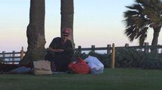 pide que le de, le da, dice que tiene hambre, comparte - Compassionate Homeless Man Shares Food With Others When Nobody Else Woul...