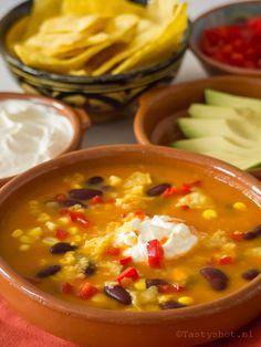 Mexican sweet potato soup recipe/ Mexicaanse zoete aardappelsoep met losse garnering van, paprika, avocado, tabasco, zure room en tortilla chips….  www.tastyshot.nl