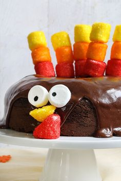 Marshmallows and sprinkles turn a chocolate cake into a turkey. This EASY CHOCOLATE turkey cake is a fun Thanksgiving dessert idea. Chocolate Dipped Marshmallows, Chocolate Cake Mixes, Chocolate Frosting, Kids Chocolate Cake, Chocolate Marshmallow Cake, Marshmallow Cream, Thanksgiving Desserts Easy, Thanksgiving Turkey, Fall Desserts