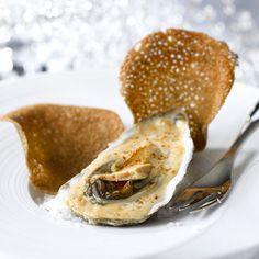 Huîtres au foie gras et croustilles de sarrasin Grilled Oysters, Bistro Food, Oyster Recipes, French Bistro, Mussels, Clams, Bagel, Food Videos, Entrees