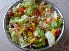Svěží míchaný zeleninový salát 4 rajčata 2 zelené papriky 1 malý ledový salát zelená nať mladé cibulky  1 stroužek česneku 2 PL nastrouhaného balkánského sýra 2 PL dobrého oleje  slunečnicový sůl, pepř  Zeleninu očistíme, rajčata nakrájíme na kousky, papriku na velmi jemné nudličky, dáme do mísy, opepříme, přidáme strouhaný balkán, olej a rozetřený česnek, zamícháme a dáme na 30 minut do lednice .Natrháme ledový salát na kousky, cibulovou nať na kroužky, lehce vmícháme do salátu a hned… Bon Appetit, Guacamole, Salad Recipes, Potato Salad, Cabbage, Smoothies, Low Carb, Pizza, Cooking Recipes
