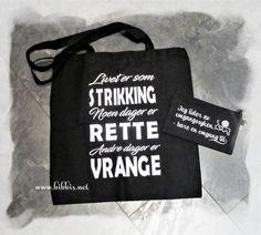 Et nett med strikke tekst og matchende mappeveske til småsaker. Gøyal gave til noen som strikker.