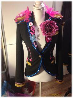 Dit is echt heel leuk, dit jasje met carnaval op een fel roze tutu.
