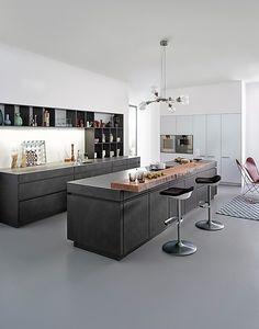 Leicht-Musterküche Küche in Beton und Weiß Lack mit Echtholz für den gehobenen Anspruch: Ausstellungsküche in Altötting von Küchen & Design Thomas Müller