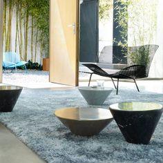 Mesas auxiliares #Conico de Kensaku Oshiro para #LigneRoset. En piedra o mármol y tres tamaños distintos, son el complemento perfecto para cualquier habitación. Aquí acompañan la línea #Grillage de sofá y sillón para interior y exterior.