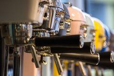 Kvalitét, kunskap, och såklart kaffe I ett land där kaffebryggaren haft sin självklara plats i varje hem har mycket hänt under 2000-talet. Espressomaskinen har tagit plats på caféer och i många hus...