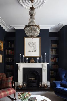 Dark colors are taken into consideration gloomy as well as not very emotional. Yet these dark living-room layouts are fashionable, stylish as well as relaxing. Dark rooms can be carried out in almost any kind of style: elegant art-deco, calm Scandinavian, gloomy masculine, strict minimal. #darklivingroom #livingroom #dark #cozy #livingroomideasdecor