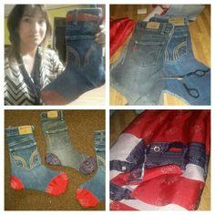 Bota navideña con pantalon de mesclilla  de niño y para lo rojo y azul se hiso ç on una cortina de baño