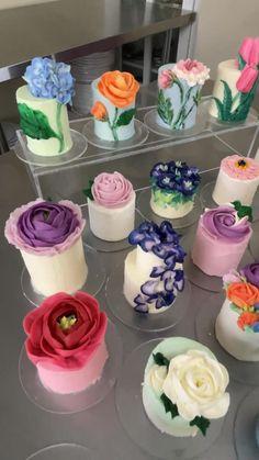 Cake Decorating Frosting, Cake Decorating Designs, Cake Decorating Videos, Cake Decorating Techniques, Cake Designs, Cookie Decorating, Pretty Birthday Cakes, Pretty Cakes, Mini Cakes