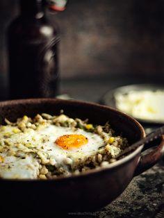 Pęczak zapiekany z warzywami, wędzonym serem i jajkiem (wegetariańskie)
