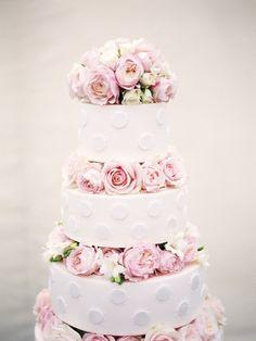 большой красивый свадебный торт.