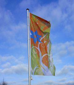 """ohne Hohlsaum mit individuellem Motiv auf Spezialfahnenstoff """"Flagmesh"""", sehr gut geeignet für windstarke Regionen!"""