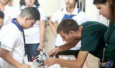 طالبان أرمينيان يبتكران روبوت يمكنه الدوران والبحث…: صمم الطالبان الشقيقان رفائيل (18 عامًا) وساهاك ساهاكيان (14 عامًا) في إحدىالمدارس…