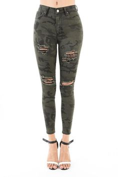 In basic 5 pockets, zip fly and button closure. Ripped Jeans Outfit, Camo Skinny Jeans, White Ripped Jeans, Camo Jeans, Super Skinny Jeans, Black Jeans, Hot Outfits, Jean Outfits, Eat Sleep Wear