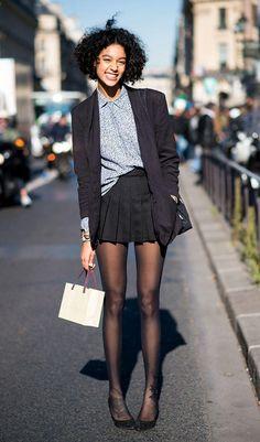 Street style look com camisa e saia colegial.