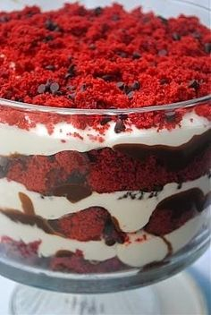 Red Velvet Dirt Cake Trifle - alternate layers of red velvet cake chunks, chocolate ganache, and mascarpone frosting - topping with sprinkling of chocolate chips and crumbled cake. Dirt Cake, Think Food, I Love Food, Yummy Treats, Sweet Treats, Yummy Food, Red Velvet Trifle, Velvet Cake, Red Velvet Desserts