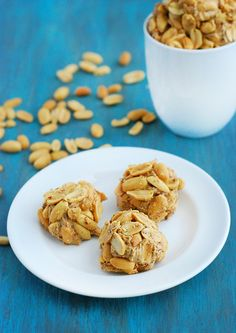 Craving some low carb peanut butter balls? Well here's a batch that is nutritious, delicious and perfect as a quick breakfast or dessert. Protein Energy Bites, Low Carb Protein, Low Carb Diet, Protein Bars, Low Carb Peanut Butter, Peanut Butter Balls, Low Carb Desserts, Low Carb Recipes, Healthy Recipes