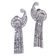 Deco period Exquisite deco style bird like ear clips with four rows of diamond baguettes hanging as plumage. (via Art Deco Diamond & Gold Bird Dangle. Art Deco Earrings, Art Deco Jewelry, Vintage Earrings, Fine Jewelry, Dangle Earrings, Jewellery Earrings, White Earrings, Gold Jewellery, Women Jewelry