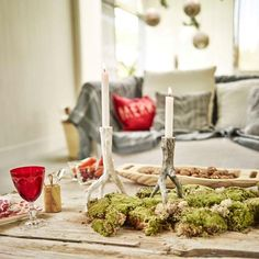 Na stole dekoracją mogą być kępki mchu, w które wmontujemy świece czy ustawimy pomiędzy lampiony.