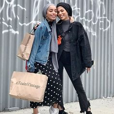 I friggin love this pic with this chick right here - looks like an ad❤️ As friends/bloggers, our main priority is to grow together. It's not a competition, when one muslimah excels and succeeds we all do! We can allow for so much space for everyone, it's not exclusive! #nyc