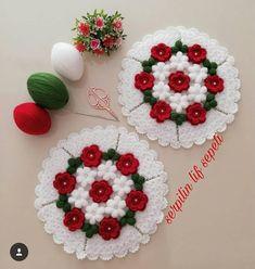 Fiber set with floral motifs Crochet Tablecloth, Crochet Doilies, Crochet Flowers, Crotchet Patterns, Paper Crafts, Diy Crafts, Crochet Baby Booties, Tag Art, Floral Motif