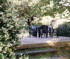 A la zona de la terrasa és ideal per esmorzar-hi o berenar-hi amb calma. Outdoor Furniture, Outdoor Decor, Sidewalk, Bench, Home Decor, Calm, Walkway, Homemade Home Decor, Benches