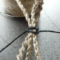 今回は、ビーズを使わないで、平編みでブレスの留め部分を作ります~。 これですね↓...