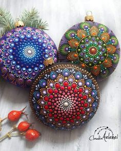 Beautiful mandala's for rocks and Christmas ornaments Painted Christmas Ornaments, Christmas Gift Decorations, Christmas Baubles, How To Make Ornaments, Holiday Crafts, Christmas Mandala, Christmas Deco, Dot Art Painting, Mandala Painting