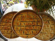 έξυπνα φύλλα για πίτες υλικά ένα μεγάλο μπρίκι χλιαρό νερό 1 κουταλάκι αλατι 2 κουταλάκια ξυδι 1/2 φλιτζανάκι λάδι 2 αυγά αν δεν θέλετε να είναι νηστίσιμη η πίτα σας και αλεύρι όσο πάρει να γίνει μια σφιχτή ζύμη ζυμώνετε όλα τα υλικά μαζί, όταν είναι έτοιμη η ζύμη κάνετε μπαλάκια σαν μεγάλο μανταρίνι και … Greek Cooking, Greek Dishes, Dessert Recipes, Desserts, Greek Recipes, Apple Pie, Food To Make, Bakery, Food And Drink