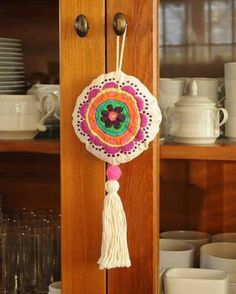 Yarn Crafts, Felt Crafts, Diy And Crafts, Arts And Crafts, Hand Embroidery Designs, Embroidery Stitches, Cushion Embroidery, Diy Keychain, Crochet Cross