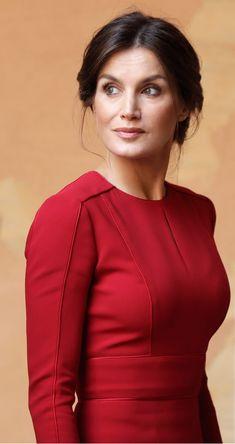 Queen Letizia wore Red Carolina Herrera dress to Rome Princess Letizia, Queen Letizia, Princess Kate, Elegant Outfit, Elegant Dresses, Vestidos Carolina Herrera, Kate Middleton Queen, Estilo Real, Royal Fashion