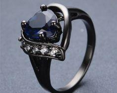 Luxusný prsteň zo zliatiny tmavého zlata so zafírom v tvare srdca Engagement Rings, Cos, Stuff To Buy, Jewelry, Rings, Enagement Rings, Wedding Rings, Jewlery, Jewerly