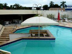 O bar dentro da piscina não está sendo explorado, infelizmente.