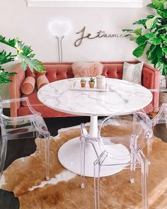 How gorgeous is 's little dining area. 🤩🧡 That's one ser… How gorgeous is 's little dining area. 🤩🧡 That's one serious marble table (that I have the urge to lay across) and I love the clear Casper dining chairs. Marble t Small Dining Area, Dining Nook, London Home Decor, Mesa Saarinen, Tulip Dining Table, Couch Dining Table, Marble Dinning Table, Clear Chairs, Small Chairs
