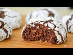 Cómo hacer Galletas Craqueladas de Chocolate, Si te gusta dinos HOLA y dale a Me Gusta MIREN… | Receitas Soberanas Cheesecake Cookies, Brownie Cookies, Brownie Shop, Fun Desserts, I Foods, Cookie Recipes, Bakery, Sweet Treats, Tasty