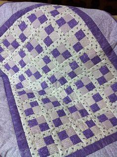 Essa manta com certeza foi feita para sua princesa! Com um patchwork super delicado, essa peça vai deixar o quarto da sua menininha maravilhoso! Um sonho para qualquer gatinha! R$200,00