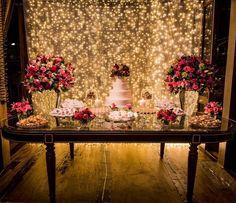 Quem não foi no blog hoje está perdendo esse casamento romântico e elegante, cheio de luzinhas e itens feitos pela noiva! ❤ A decoração é…