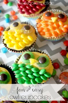 Michelle of Delicate Construction shared this tutorial on how to whip up some fun owl cupcakes which are actually super easy to. Ladybug Cakes, Owl Cakes, Cupcake Cakes, Fruit Cakes, Cupcake Party, Easy Owl Cake, Just Desserts, Delicious Desserts, Owl Cake Birthday