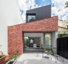 Glebe Red: A Modern Living Place with A Victorian Terrace for A Large Inter-Generation Family Modern Brick House, Modern House Facades, Brick Facade, Facade House, Australian Architecture, Interior Architecture, Casa Do Rock, Facade Design, House Design