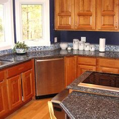 Photos of granite countertops...I also love the way this kitchen looks
