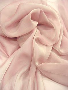 Mousseline de soie changeante Composition : 100% Soie naturelle Légère comme une plume et très transparente. Pour des robes avec du mouvement, des drapés, ou des châles et des étoles.