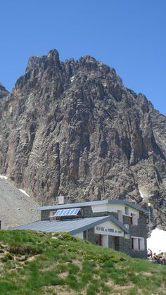 Pic du Midi d'Ossau et refuge de Pombie