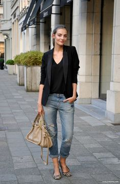 I love this outfit. So chic. Boyfriend jeans + black blazer with flats. I love this outfit. So chic. Boyfriend jeans + black blazer with flats. Change the shirt color. Fashion Mode, Look Fashion, Fashion Trends, Feminine Fashion, Jeans Fashion, Fashion Lookbook, Trendy Fashion, Fashion News, Latest Fashion