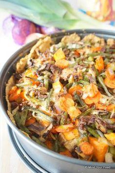 Paleo hartige taart. Voor de bodem: 200 gram amandelmeel ½ theelepel zout 2 eetlepels gesmolten kokosolie 1 ei boter/olie om de vorm in te smeren Voor de vulling: 300 gram prei doosje champignons 4 wortels 100 gram sperziebonen 1 ui 2 teentjes knoflook 250 gram (bio) rundergehakt 5 eieren peper en zout naar smaak olie om in te bakken