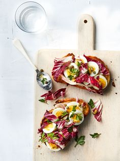 Egg Salad Toast with Fresh Herbs and Capers Recipe - Egg Salad/Yumurta Salatası Speedy Recipes, Fast Dinner Recipes, Fast Dinners, Clean Eating Snacks, Healthy Snacks, Healthy Recipes, Protein Snacks, Eating Healthy, Egg Salad Sandwiches