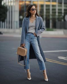 Idée et inspiration street style tendance 2017 ImageDescriptionjeans outfit for work - cropped jeans, Chanel bag, long plaid coat, grey sweater and white high heels Cropped Jeans Outfit, Jeans Outfit For Work, Outfit Jeans, Cropped Trousers, Cropped Top, Mode Outfits, Jean Outfits, Casual Outfits, Fall Fashion Trends