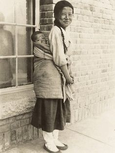 The girl who is carrying a sister's smile up in front of the cathedral building. What kind of weather did he and his brother experience after liberation and division? Old Pictures, Old Photos, Vintage Photos, Korean Photo, Korean Art, Time In Korea, Korean People, Korean Aesthetic, Asian American